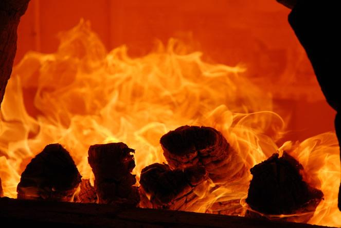 天然の火色とビードロは穴窯や登り窯を薪で焼きます